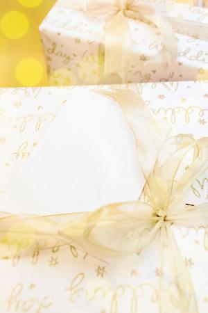 Weißbuch für Text Raum auf Geschenk-Box mit Gold Band Bogen verziert Standard-Bild - 62466080