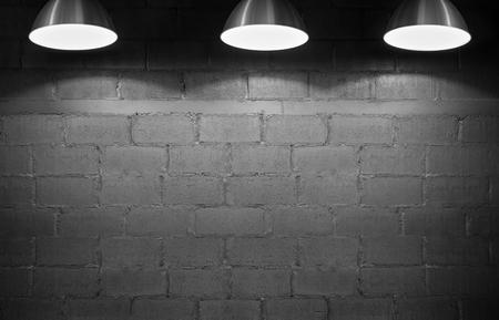 Backsteinmauerhintergrund mit drei Scheinwerfern . Textfreiraum Standard-Bild - 62466332