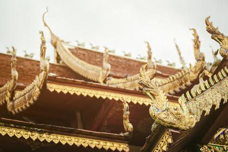 Thailand Kunst und Architektur: Naga Holz auf dem Dach im Thai-Tempel geschnitzt. Standard-Bild - 62466361