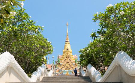 Goldene Pagode Wat Tangsai oder Phra Mahathat Chedi Phakdi Prakat, Markstein von Prachuap Khiri Khan, Thailand. Standard-Bild - 62466659