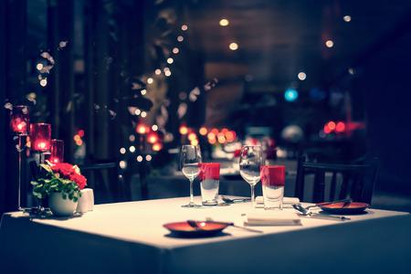 Romantisches Abendessen Setup, rote Dekoration mit Kerzenlicht in einem Restaurant. Selektiver Fokus. Jahrgang. Standard-Bild - 62466689