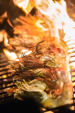 Gegrillte Garnelen auf dem Grill mit Flammen im Hintergrund, Kopie, Raum. selektiven Fokus. Standard-Bild - 62466690