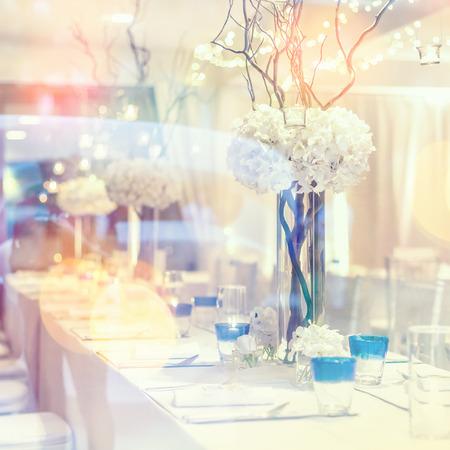 Einrichtung und Dekorationen für in Hochzeitstag im Restaurant zu essen Standard-Bild - 62466691