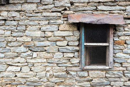 Ffnen lokalen Stil Fenster auf einer Steinmauer. Kopieren Sie Raum. Standard-Bild - 62466698