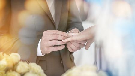 Der Bräutigam trägt eine Ehering zur Braut in der Hochzeit Standard-Bild - 62466805