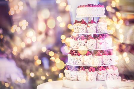 Süße Hochzeitstorte aus frischen Beeren-Kuchen mit Bokeh Hintergrund. Jahrgang Standard-Bild - 62466821