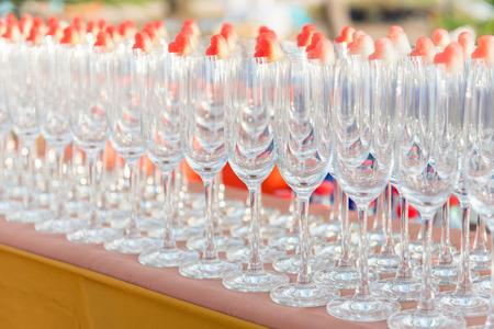 Gruppe von leeren Cocktailgläser mit Herd Form von Wassermelone auf der Oberseite auf dem Tisch für die Partei vorbereitet. Selektiver Fokus, flache Schärfentiefe. Standard-Bild - 62466883