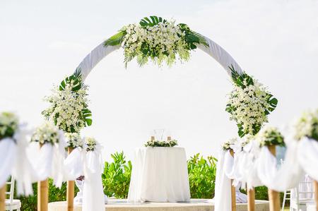 간단한 스타일 결혼식 아치 및 장식, 장소, 열 대 해변, 야외 해변 결혼식에 설치. 스톡 콘텐츠