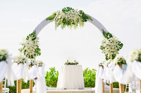 Einfachen Stil Hochzeit Bogen und Dekoration, Veranstaltungsort, Setup am tropischen Strand, Outdoor-Hochzeit am Strand. Standard-Bild - 62466888