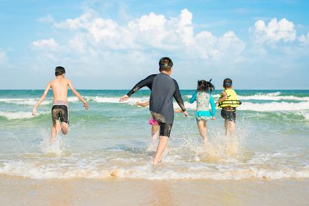 Kinder spielen am Strand in der Sommerzeit. Standard-Bild - 62466890