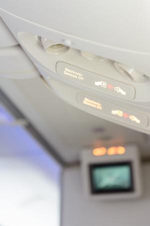Elektronische Geräte aus und Anschnallzeichen innen Flugzeug. Standard-Bild - 62466953