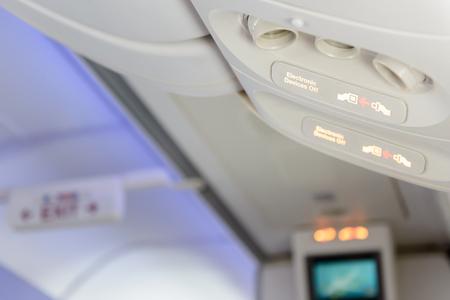 Elektronische Geräte aus und Anschnallzeichen innen Flugzeug. Standard-Bild - 62466957
