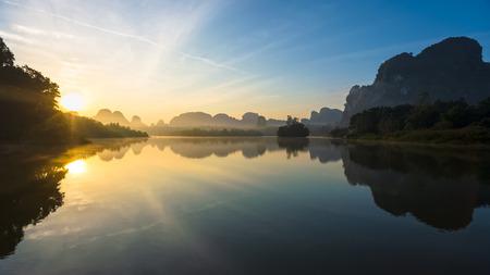 Mooie zonsopgang en reflecties op natuurlijke lagune, Nongtalay lagune in Krabi Province, Thailand.