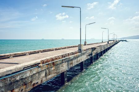 Oude betonnen brug naar de haven. Cross verwerking.