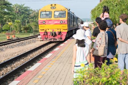 Chumphom, Thailand - 31 maart 2015: De passagiers van achter staan op het platform voordat u de trein in Chumphon, Thailand. Redactioneel