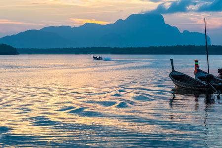毎朝サムチョン タイ漁村でロングテール釣りボートでパンガー湾、タイの日の出で釣をうち漁師。