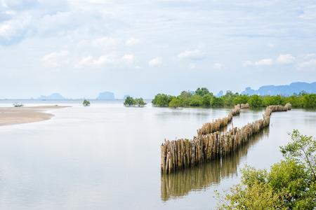 Zeegezicht in Krabi Province, Thailand. Bamboeomheining beschermd tegen golven van de zee, strand erosie. Stockfoto