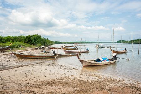 Vissersboten parkeren op mangrove beach
