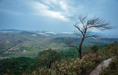 Mooi landschap in een bewolkte dag in het noorden van Thailand tijdens de trekking reis.