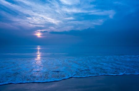 美しい静かなビーチと夜、コピー スペースの滑らかな泡波。