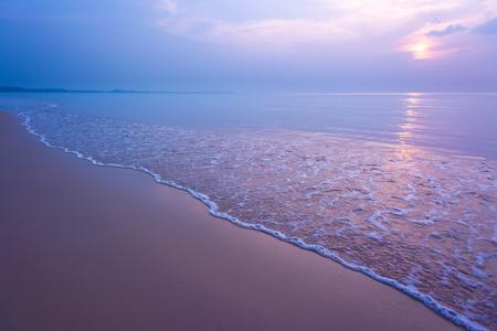 Sweet zonsondergang en lichtreflectie bij tropisch strand.
