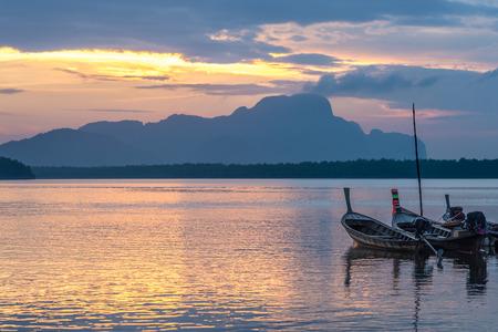 Longtail vissersboot bij Samchong-Tai vissersdorp op zons opgang in Phang-Nga, Thailand.