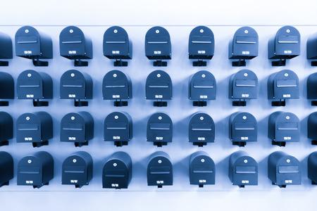 住宅内のメールボックス情報と部屋番号とのニュースは、青のトーンします。