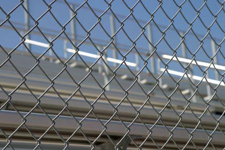 gradas estadio: Gradas en un estadio o en la escuela para los fans detr�s de una valla. Foto de archivo