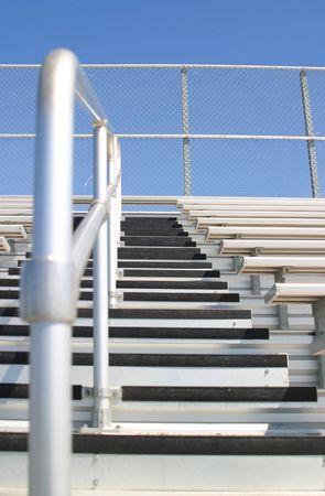 gradas estadio: Gradas en un estadio con la opini�n de algunas escaleras.