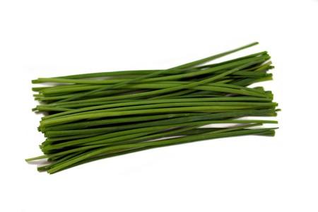 cebollin: Manojo de cebolletas frescas verde sobre fondo blanco.