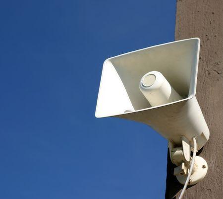 amplification: Pr�sident m�gaphone blanc sur m�t avec ciel bleu en arri�re-plan
