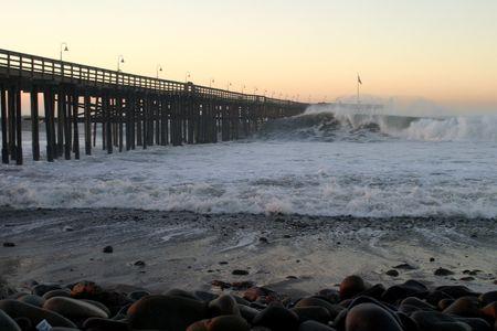 木製の桟橋にクラッシュの嵐で全体の海の波。