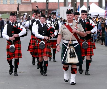 gaita: EDITORIAL s�lo VENTURA, CA, EE.UU. - 11 de octubre de 2009 - gaitas bandas participantes en un desfile en los juegos de las tierras altas de Seaside Ventura el 11 de octubre de 2009 en Ventura, California