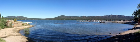 woods lake: Vista panoramica di Big Bear Lake con cielo blu.