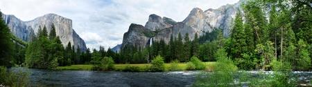 El Capitan in Yosemite View Nation Park met rivier in voorgrond Stockfoto