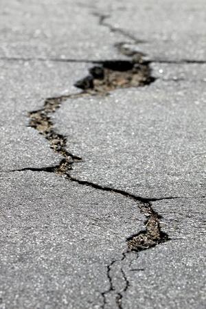 fissure: près d'une fissure dans la rue Banque d'images