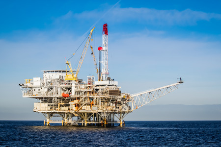 torres petroleras: Plataforma petrolera en la isla de canal cerca de Ventura California. Foto de archivo