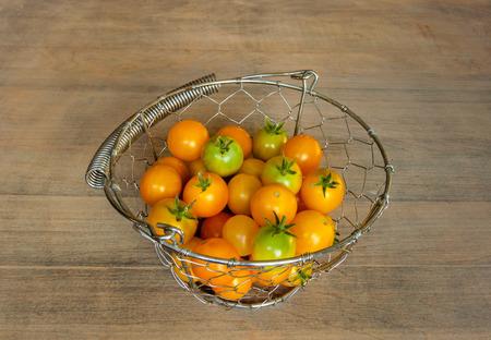 バスケットのチェリー トマト