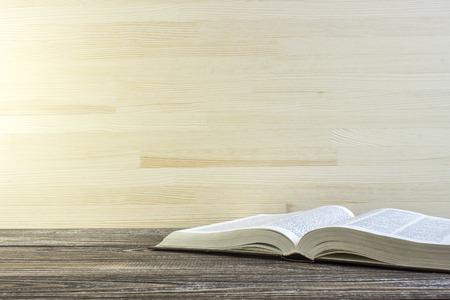 cognicion: Libro abierto en una esquina de la mesa de madera Foto de archivo
