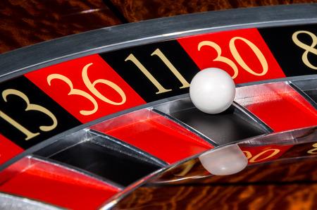 ruleta: Cl�sico rueda ruleta del casino con el sector negro once 11 y la bola y los sectores 13, 36, 30 blanco, 8