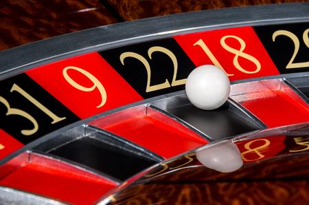 ROULETTE: rotella di roulette del casinò classico con il settore nero ventidue 22 e la palla e settori 31, 9, 18 bianco, 29