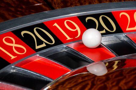 Neues Jahr 2019 klassisches Casino-Roulette-Rad mit glücklichem rotem Sektor 18 19 und weißer Kugel und Sektoren 20, 18