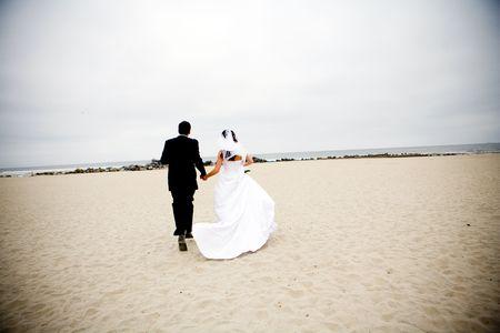 bride and groom running 版權商用圖片