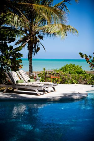 Swimming pool with a view of the Caribbean Sea 版權商用圖片 - 4633289