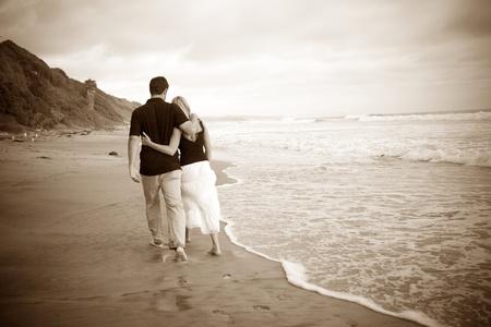 Couple walking on the beach 版權商用圖片 - 9746879