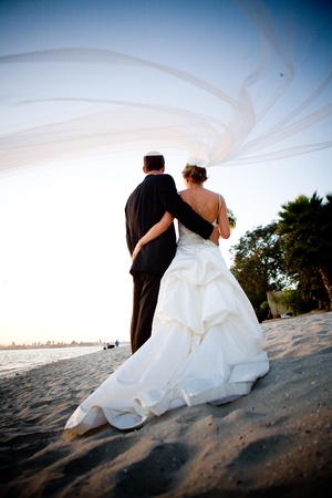Couple walking on the beach 版權商用圖片