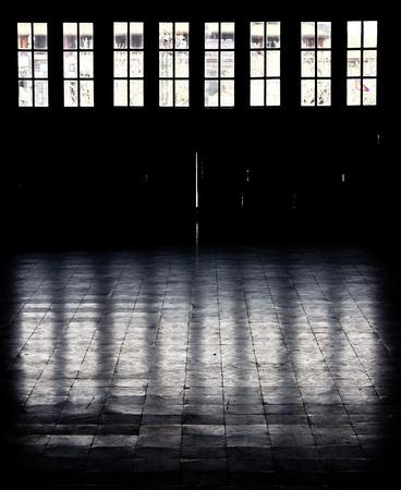 太陽光線は、窓を通過し、冷たい床の反映します。 写真素材