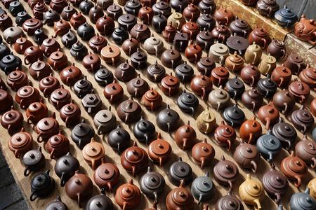 Verzameling van China Yixing paarse zand theepot theepot in Beijing Panjiayuan tweedehands markt