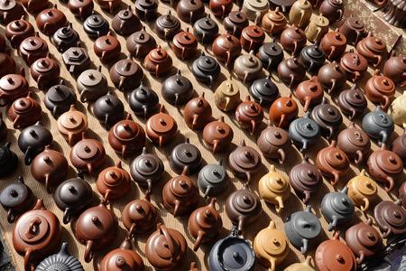 Verzameling van China Yixing paarse zand theepot in Beijing Panjiayuan tweedehands markt