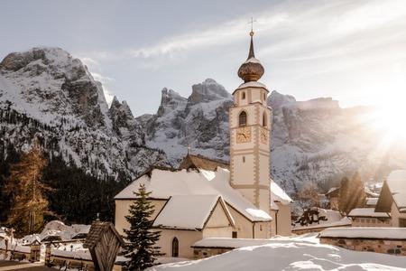 Inverno dolomiti tramonto della chiesa Archivio Fotografico - 70930472